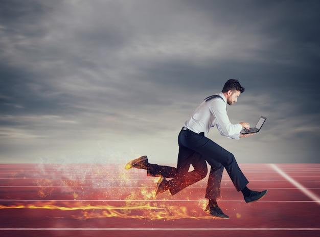 네 다리를 가진 사업가는 노트북에서 너무 많은 작업으로 빠르게 실행됩니다.