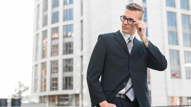Бизнесмен в очках
