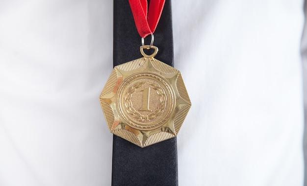 Бизнесмен с золотой медалью. награждение победителя медалью