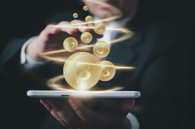 Бизнесмен с руками предлагает дизайн концепции биткойнов, зарабатывание денег с биткойнами - деловой человек, создающий биткойны своей рукой.