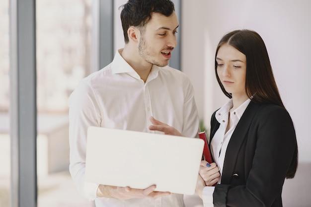 Бизнесмен с его партнером, работающим в офисе