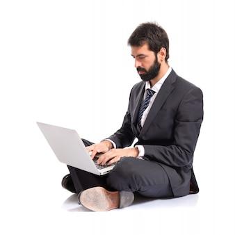 Uomo d'affari con laptop su sfondo bianco isolato