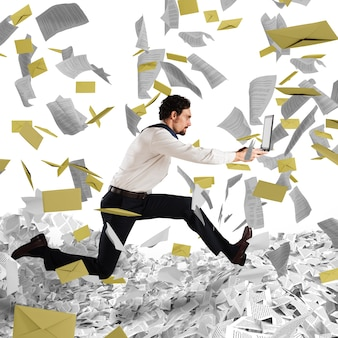 노트북과 사업가 서류 및 관료주의에서 도망