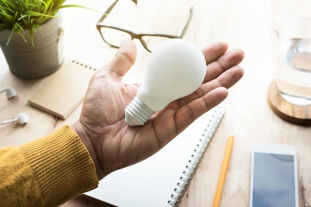 職場で電球を持つビジネスマン
