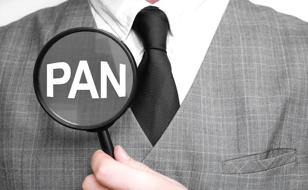 흰색 바탕에 돋보기와 사업가입니다. pan 기호