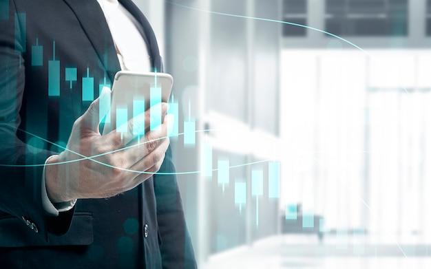 Бизнесмен с мобильным телефоном, показывая виртуальную гистограмму доллара с цифровым фоном