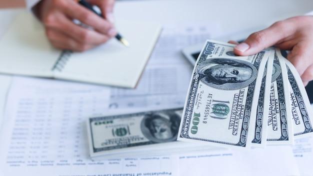 돈을 손에, 미국 달러, 투자, 성공 및 수익성 사업 개념 사업가.