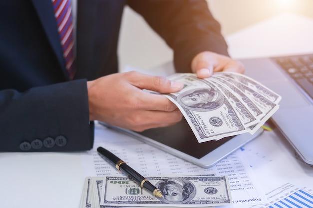 손에 돈, 미국 달러, 투자, 성공 및 수익성 사업 사업가