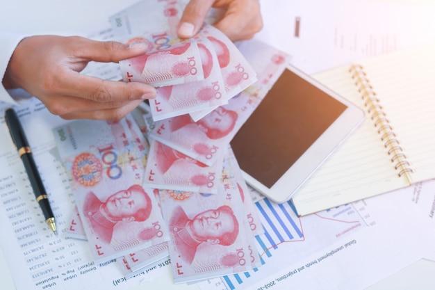 손에 돈, 위안, 투자, 성공 및 수익성 사업 개념 사업가.