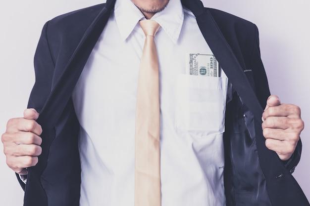 スタジオでお金を持ったビジネスマン。事業コンセプト