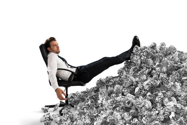 사무실 어디에서나 종이 시트와 사업가입니다. 관료에 의해 묻혔다. 과로의 개념