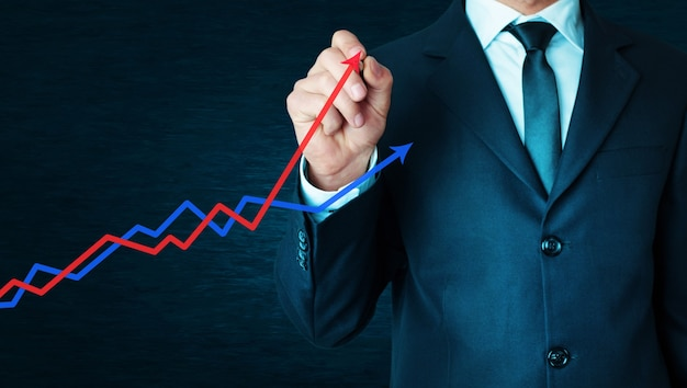 Бизнесмен с концепцией диаграммы прибыли