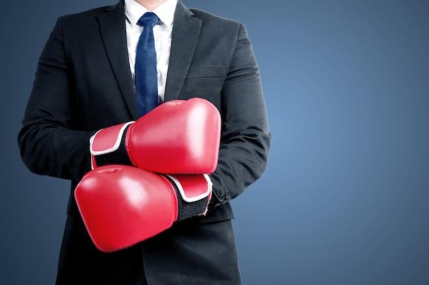 Бизнесмен с красными боксерскими перчатками с цветным фоном