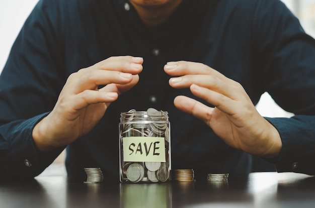 貯蓄、投資、税金、保険、退職を伴うビジネスマン。金融ビジネスの概念。