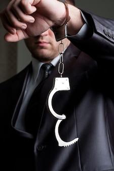 ロックされていない手錠を持つビジネスマン