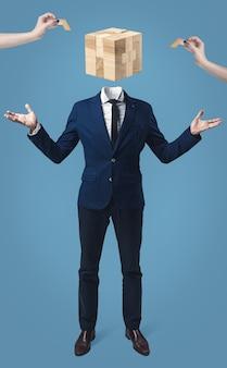 Бизнесмен с деревянной коробкой игры вместо головы на сером фоне студии.