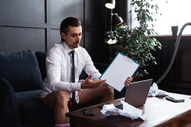 Бизнесмен без штанов, работающий из дома. забавная концепция удаленной работы во время карантина