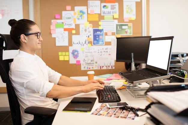 Бизнесмен, работающий за творческим офисным столом