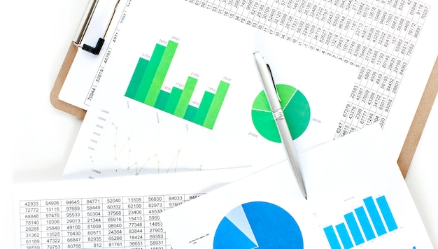 ビジネスマンの作業データドキュメントグラフチャートレポートマーケティングリサーチ開発計画管理戦略分析財務会計。営業所のコンセプト。