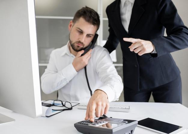 Предприниматель работает жесткий в офисе
