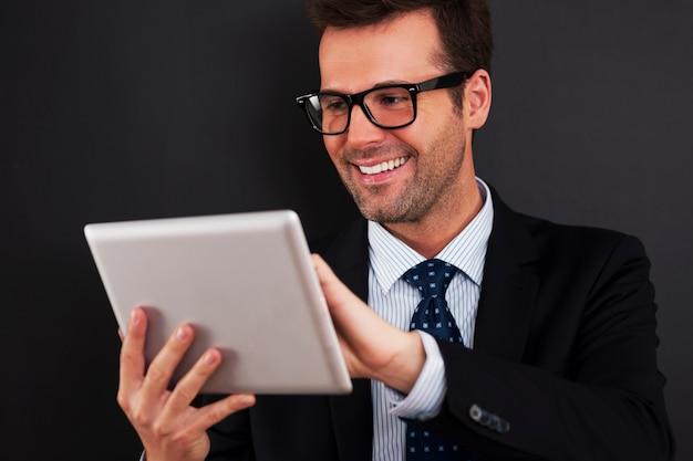 Uomo d'affari che lavora sul suo touchpad