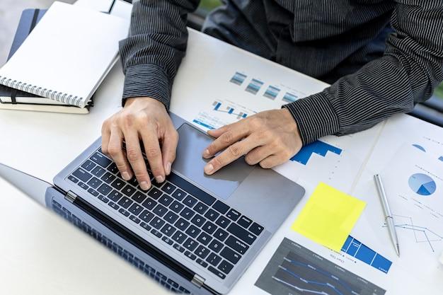 개인 방에서 일하는 사업가, 그는 노트북 키보드로 타이핑을 하고 있으며 메신저를 사용하여 파트너와 채팅합니다. 통신에 기술을 사용하는 개념.