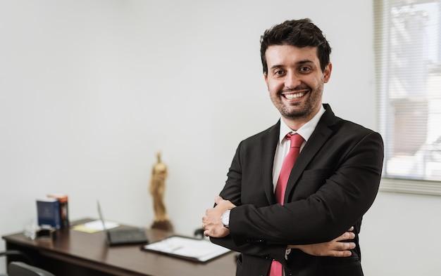 Бизнесмен, работающий в офисе с ноутбуком и документами на своем столе, консультант-юрист концепции.