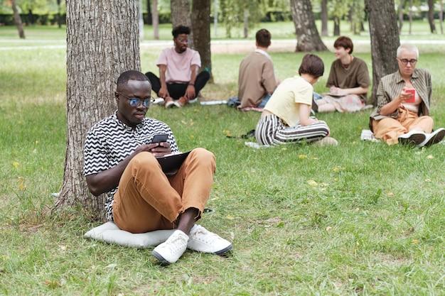 公園で働くビジネスマン
