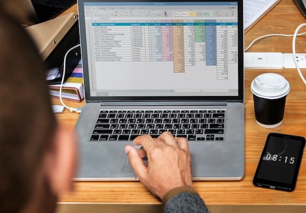 Uomo d'affari che lavora a sul computer portatile in una riunione