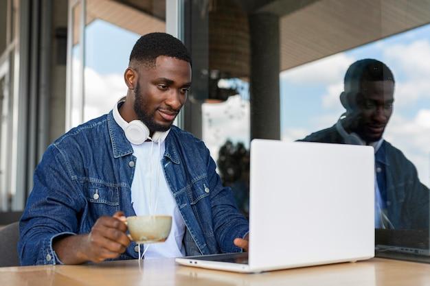 Uomo d'affari che lavora al computer portatile