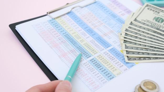 계산기를 사용하여 숫자, 재무 회계 개념을 계산하는 책상 사무실에서 일하는 사업가
