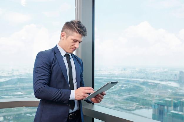 Бизнесмен, работающий на цифровом планшете