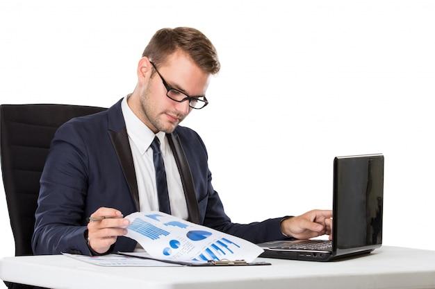 彼の机で働くビジネスマン