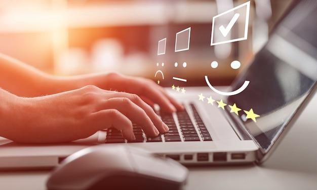 Бизнесмен, работающий на клавиатуре ноутбука с иллюстрацией