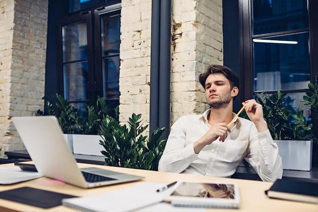 Бизнесмен, работающий на ноутбуке в офисе
