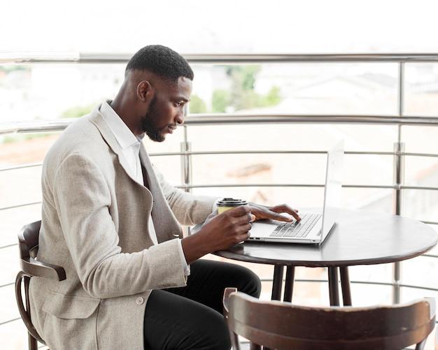 Бизнесмен, работающий на ноутбуке