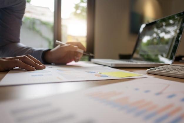 Бизнесмен, работающий над документами отчета дома