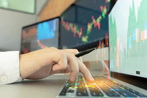 Бизнесмен работает на фондовом рынке