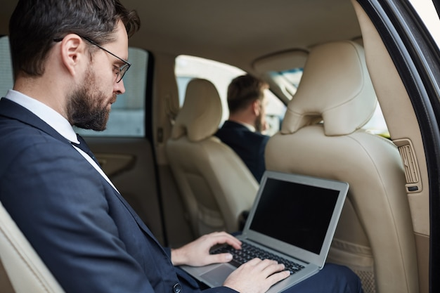 차에서 온라인으로 일하는 사업가