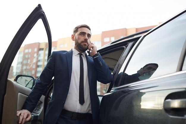 屋外で働くビジネスマン