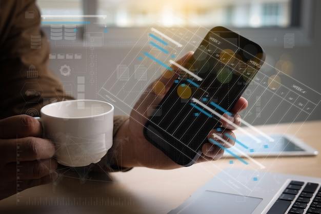 ビジネスマンの作業プロジェクトとガントソフトウェアチャートのスケジューリング仮想図と進捗状況を更新します