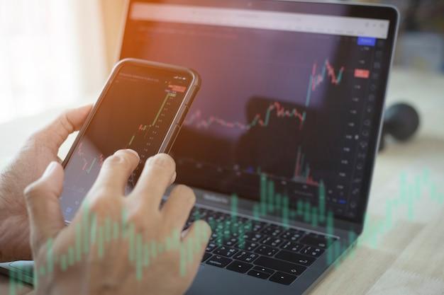 Бизнесмен, работающих биржевыми трейдерами, анализирующими цифровой рынок и инвестиции