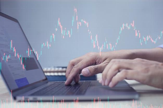 디지털 시장 및 투자를 분석하는 주식 거래를 하는 사업가
