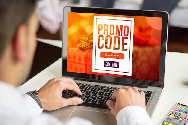 ノートパソコンのプロモーションコードを扱うビジネスマン、すべての画面のグラフィックが構成されています