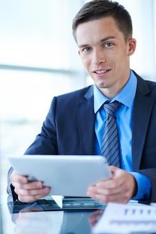 タブレットでの作業ビジネスマン
