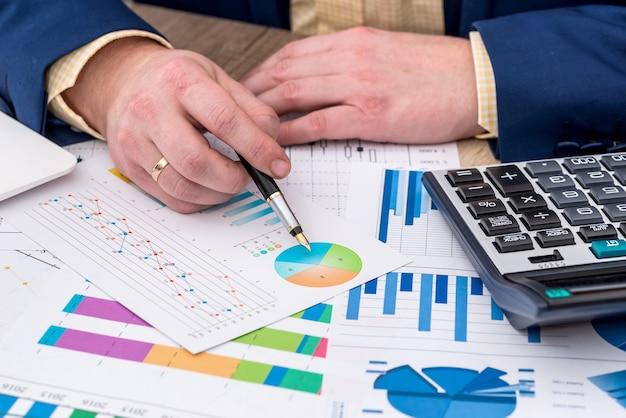 ビジネスグラフを扱うビジネスマン