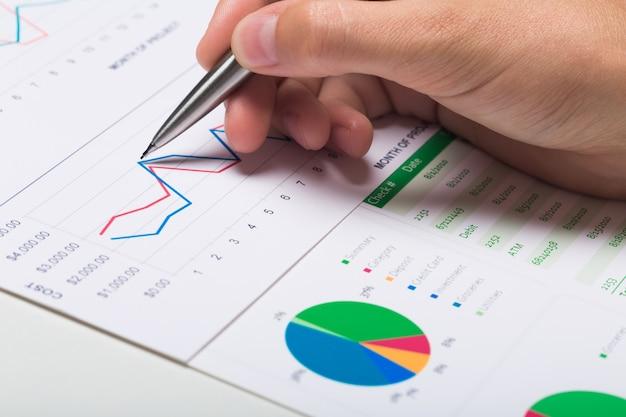 チャート、ビジネスプロセス、分析を扱うビジネスマン