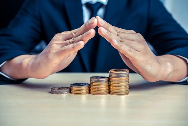 Бизнесмен работая с валютой монетки