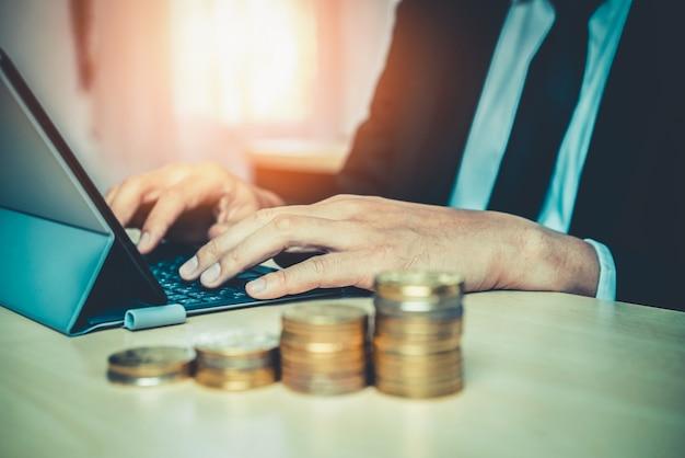Бизнесмен работает с монетами