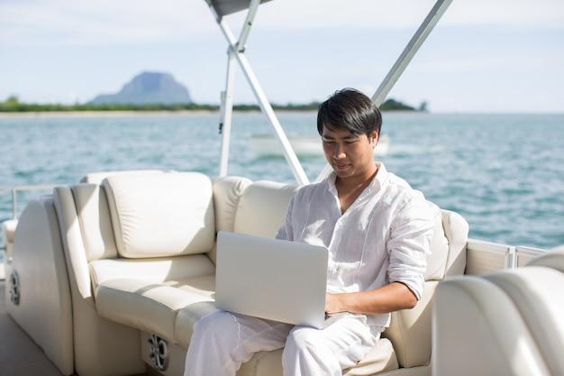 보트, 멋진 야외 사무실에서 컴퓨터를 사용하는 사업